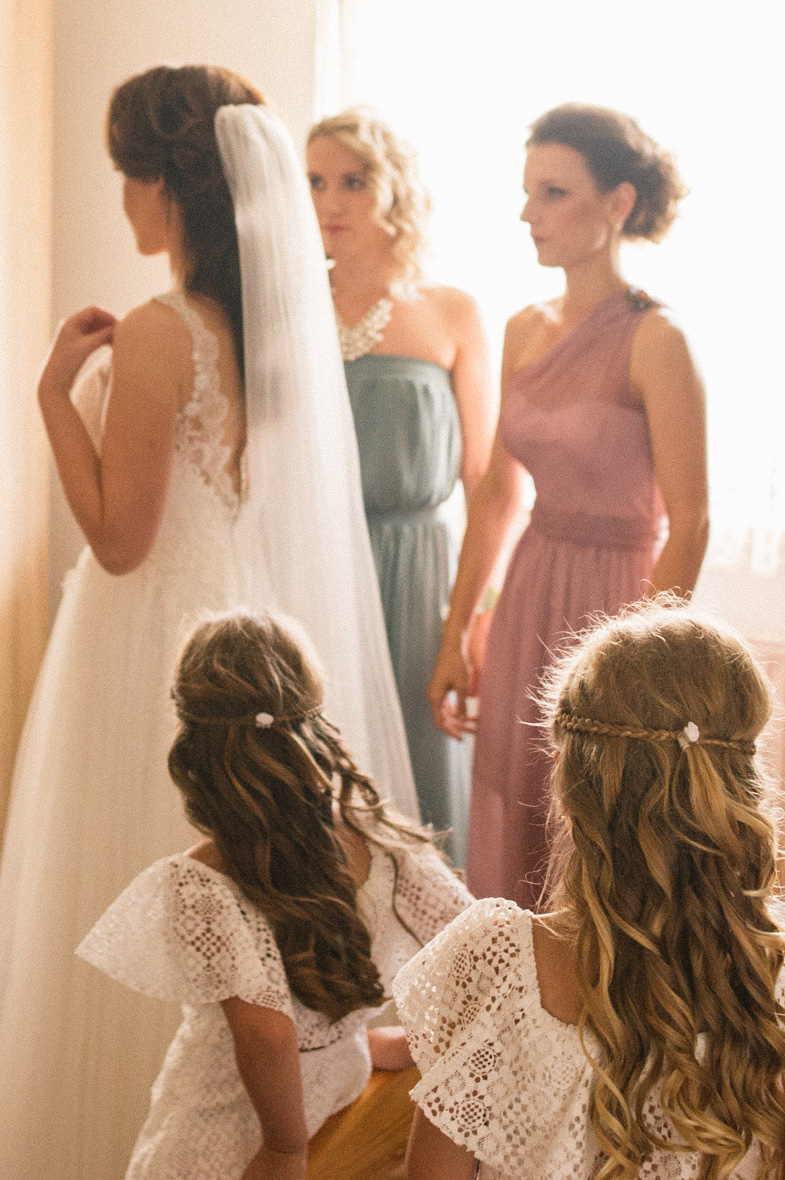 Photo of the bride with the bridesmaids.