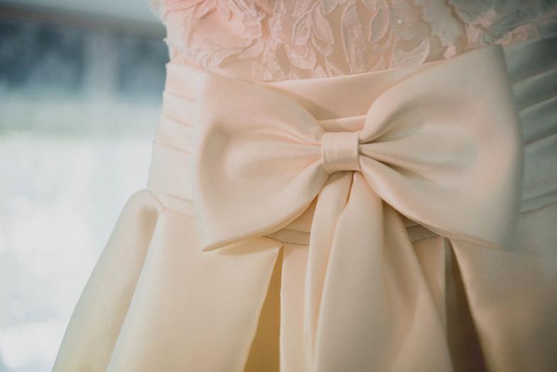 Fotografija poročne obleke s pentljo.