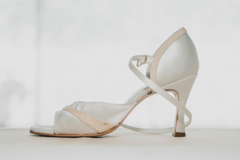 Ženski poročni čevlji s petami.