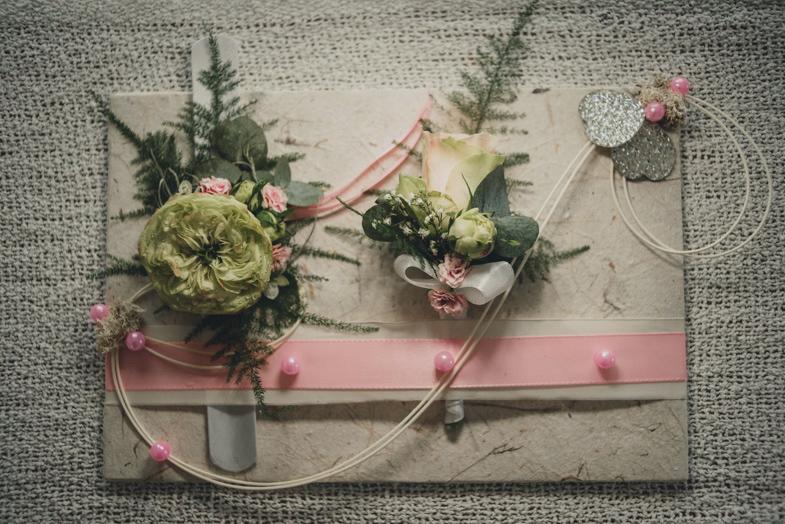 Fotografija naprsnih poročnih šopkov.