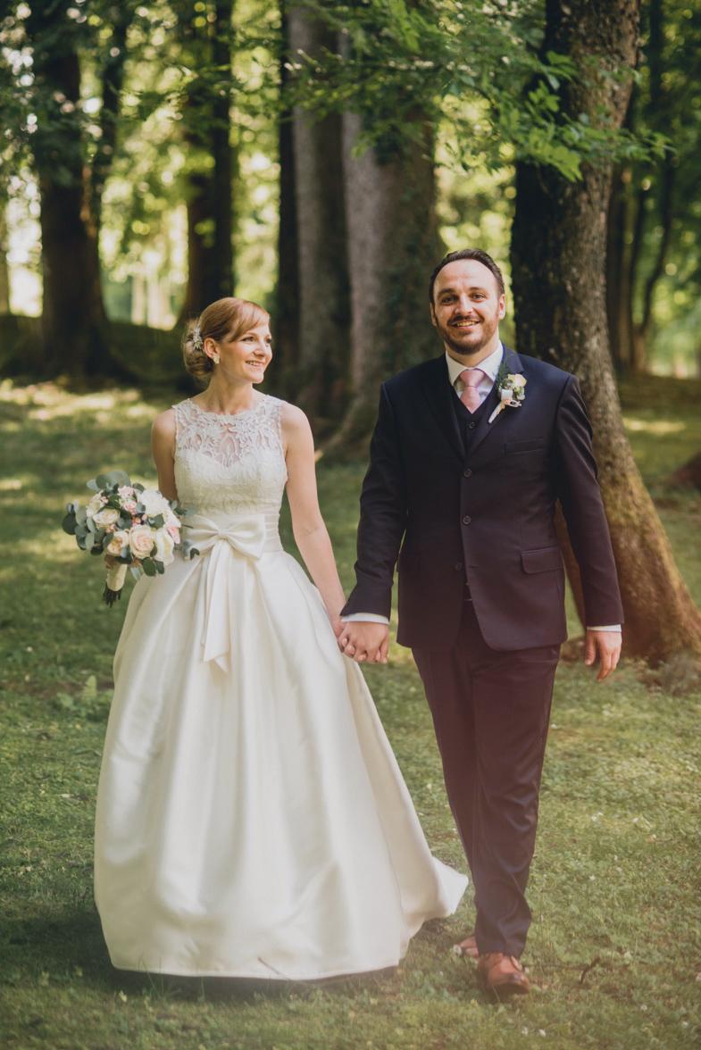 Mladoporočenca, ki sta se odločila, da bosta imela na poroki fotografa.