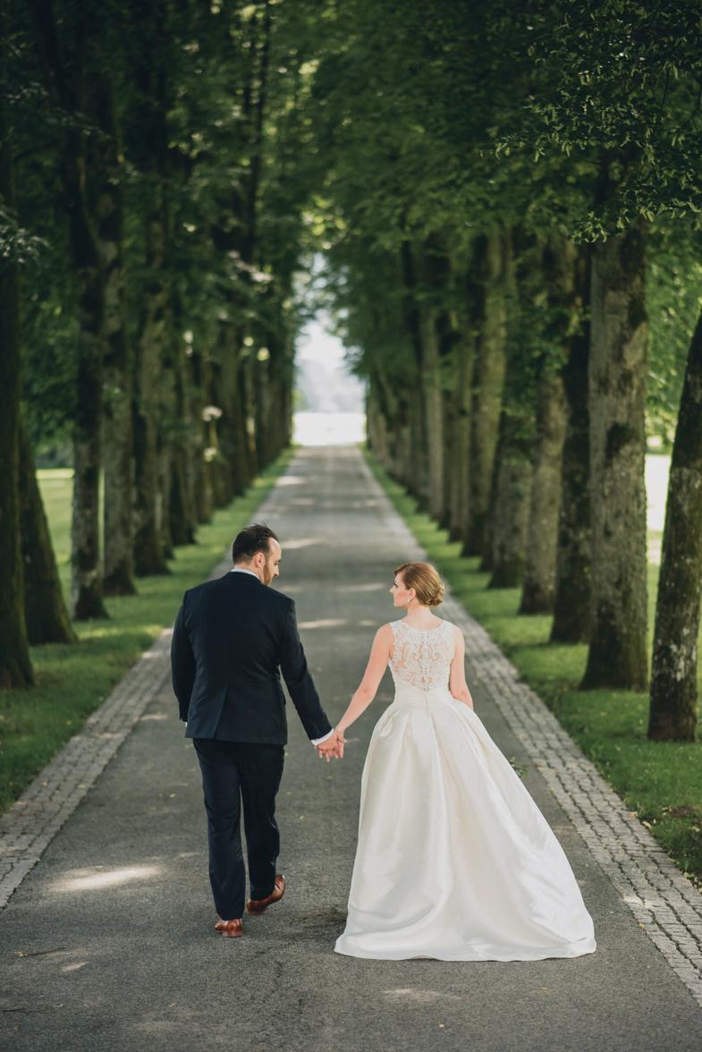 Par, ki se je odločil za najem poročnega fotografa.