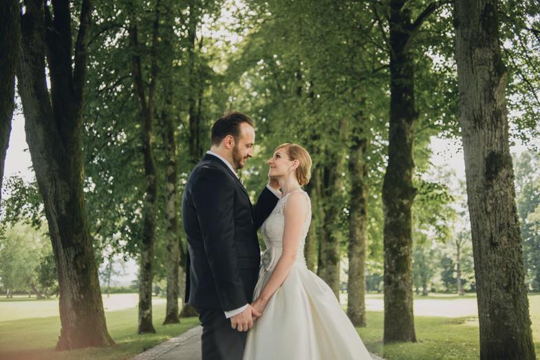 Poročna fotografija ženina in neveste.