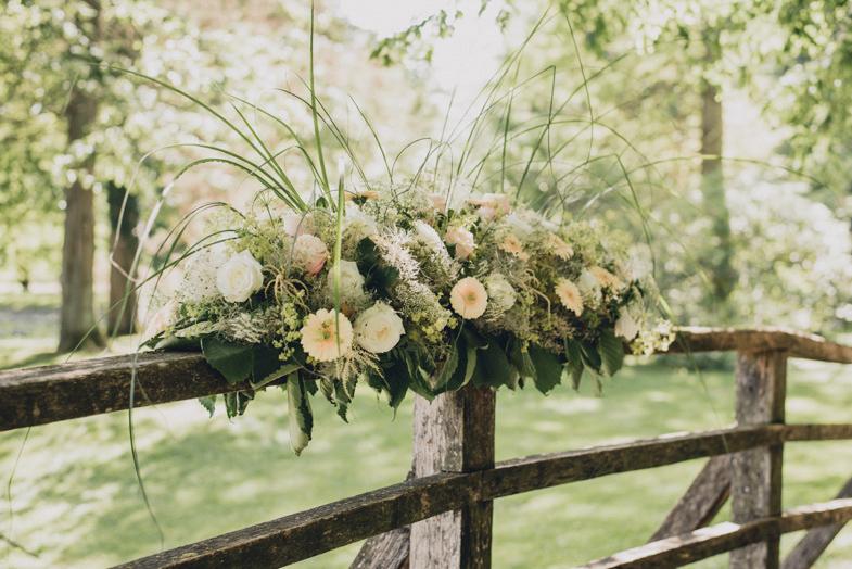 Poročni cvetlični aranžma.