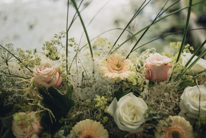 Poročna dekoracija z rožami.