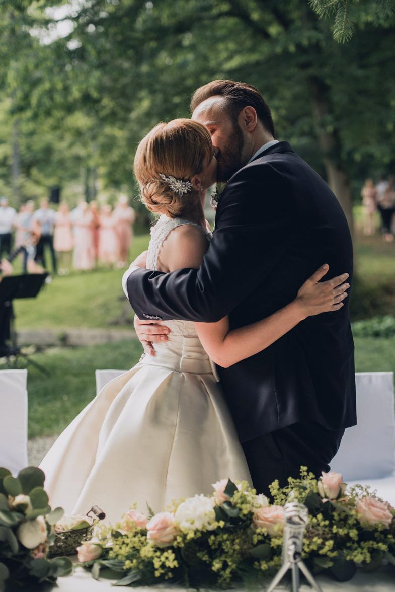 Prvi poljub moža in žene.