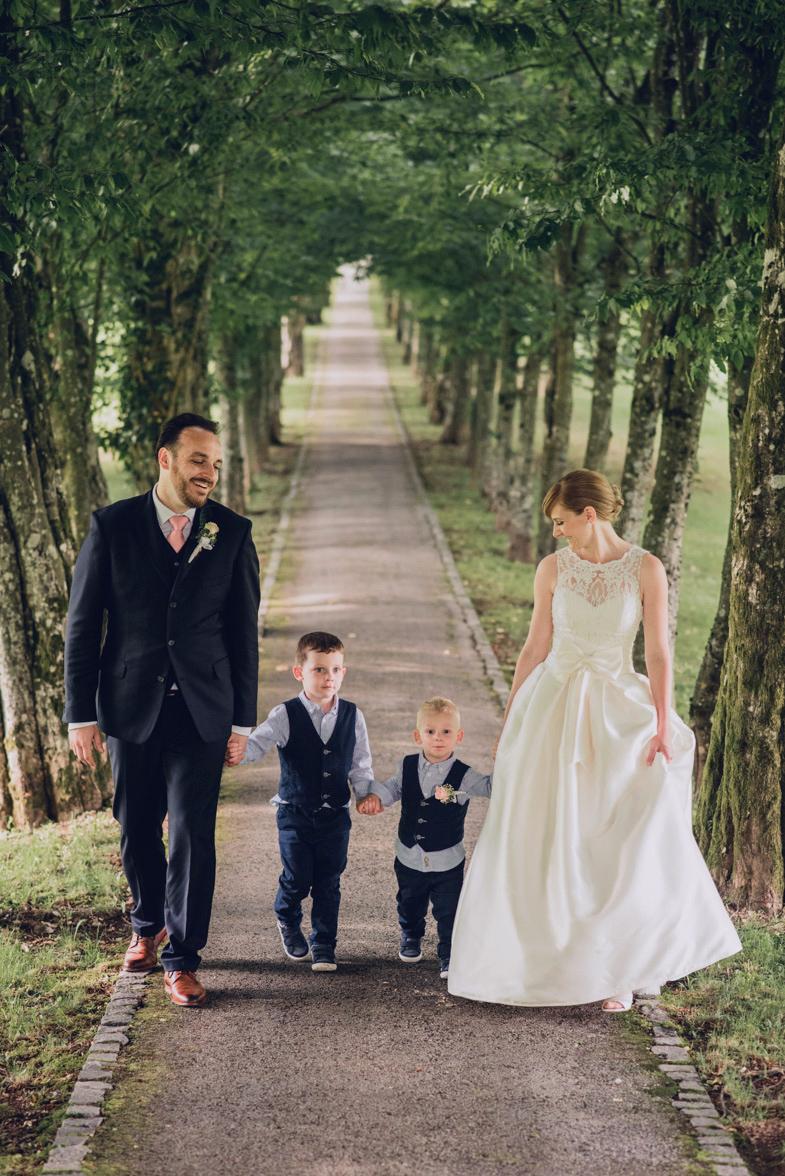 Primer družinske poročne fotografije z otroki.
