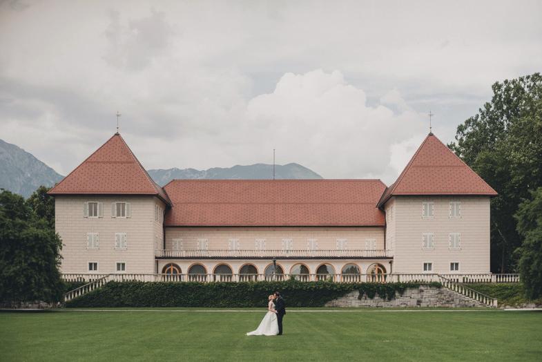 Mladoporočenca na poročni lokaciji v parku Kongresnega centra Brdo.