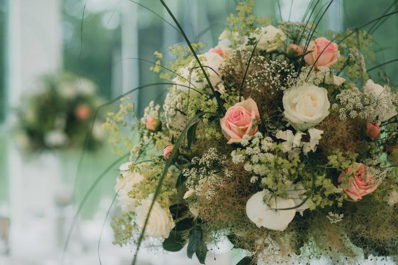 Poročna okrasitev s cvetjem.