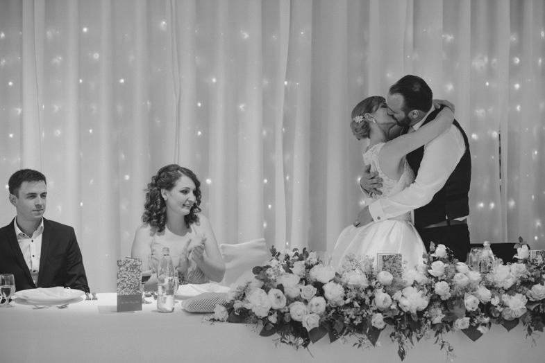 Poljub za mizo mladoporočencev.