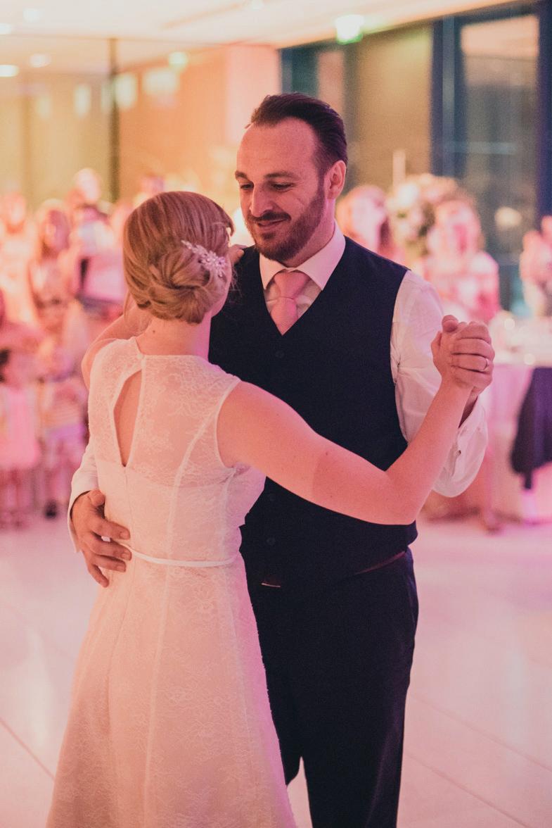 Fotografija para med poročnim plesom.