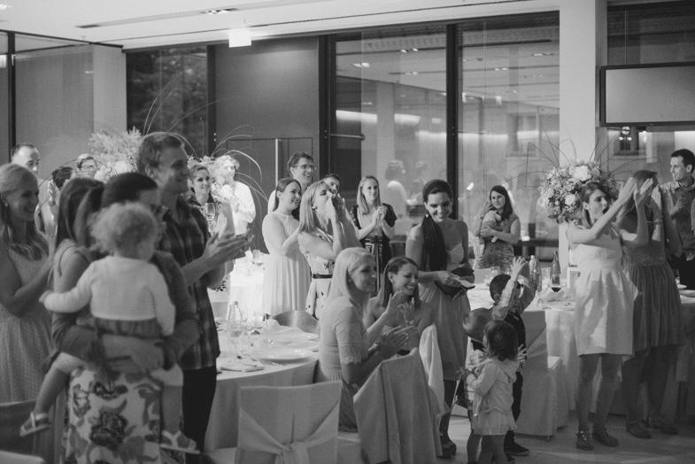 Fotografija svatov na poročni zabavi.