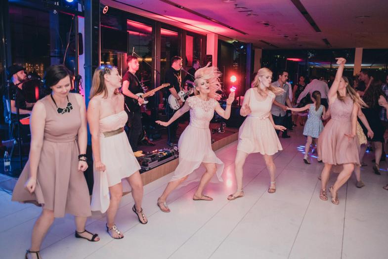 Utrinek s poročne zabave z živo glasbo.