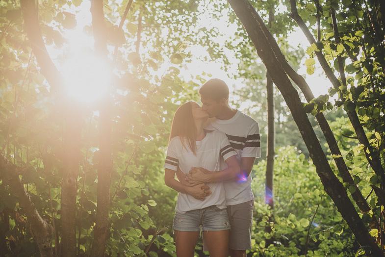 Bodoča mladoporočenca, ki sta se odločila za najem poročnega fotografa.