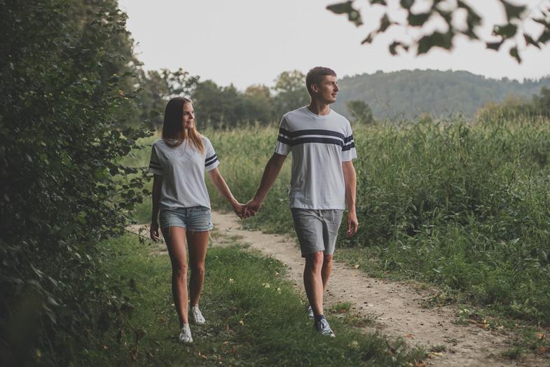 Romantičen sprehod ob travniku.