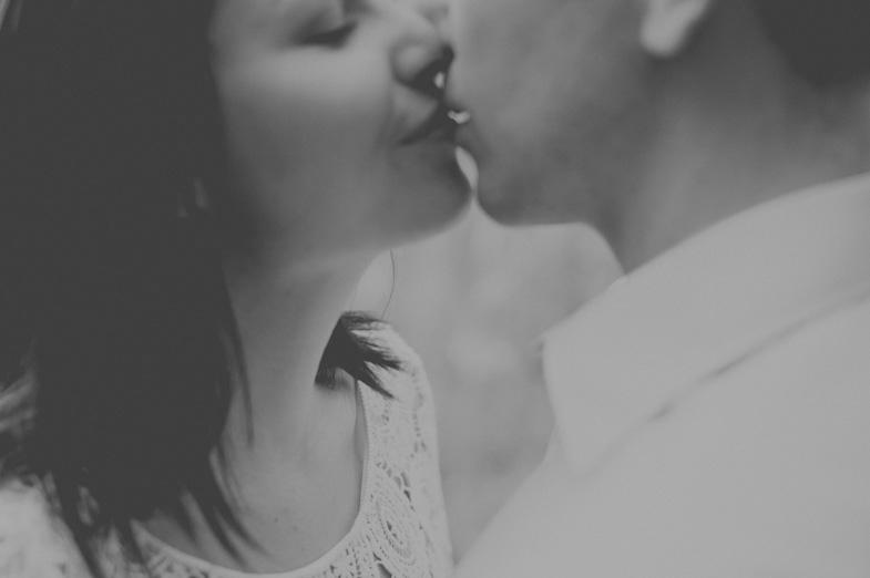 Par med poljubljanjem.
