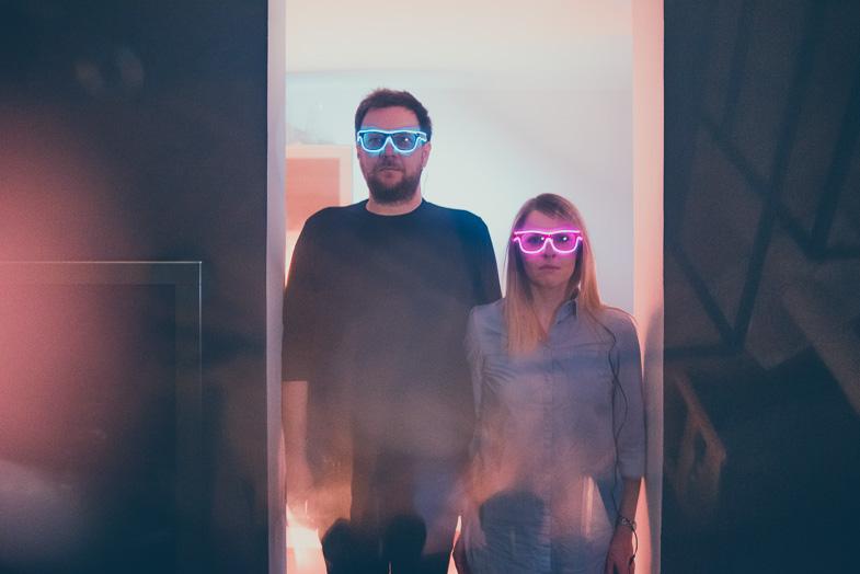 Portret para s svetlečimi led očali.