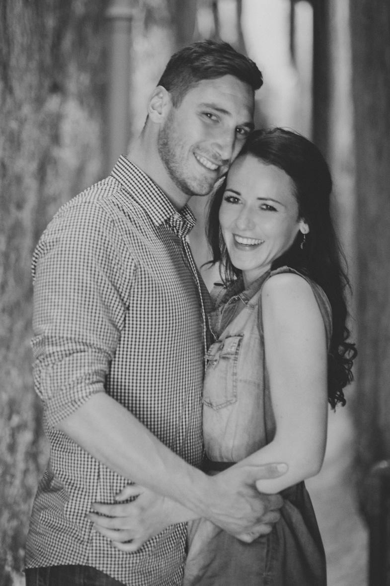 Bodoča mladoporočenca, ki sta se odločila za najem fotografa za svojo poroko.