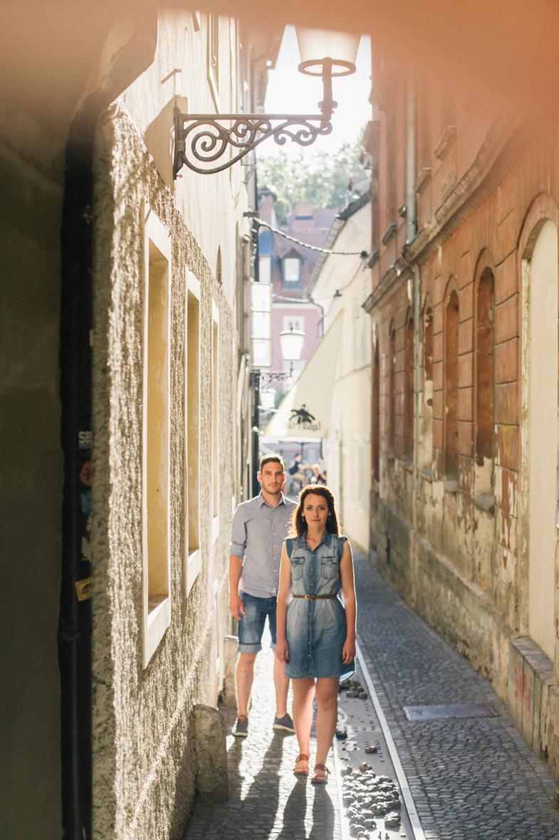 Ona in on med fotografiranjem v starem mestnem jedru Ljubljane.