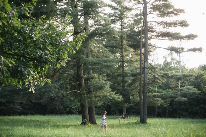 Ženska med sprehodom skozi gozd.