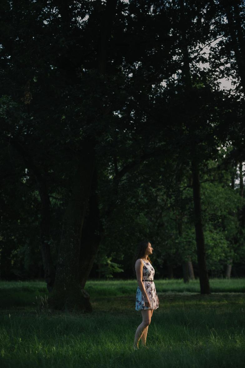 Fotografija dekleta v gozdu.