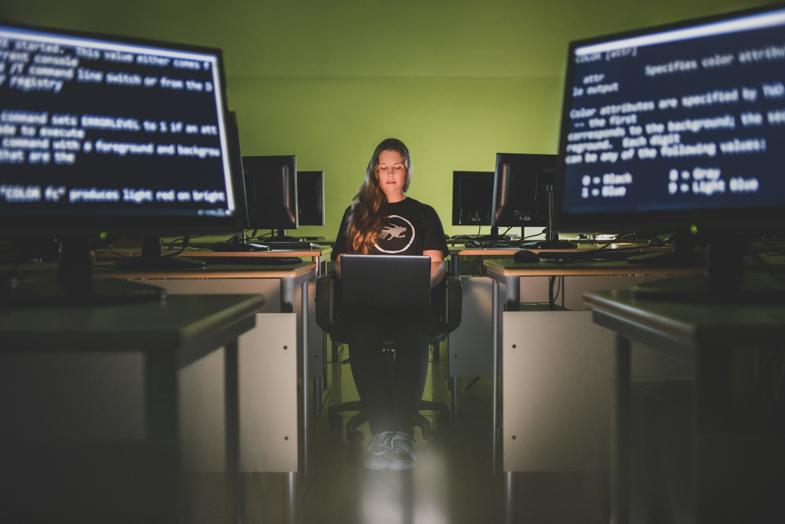 Computer Expert, Asja, 16 years