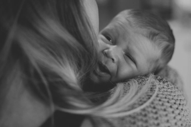 Fotografija dojenčka med podiranjem kupčka.