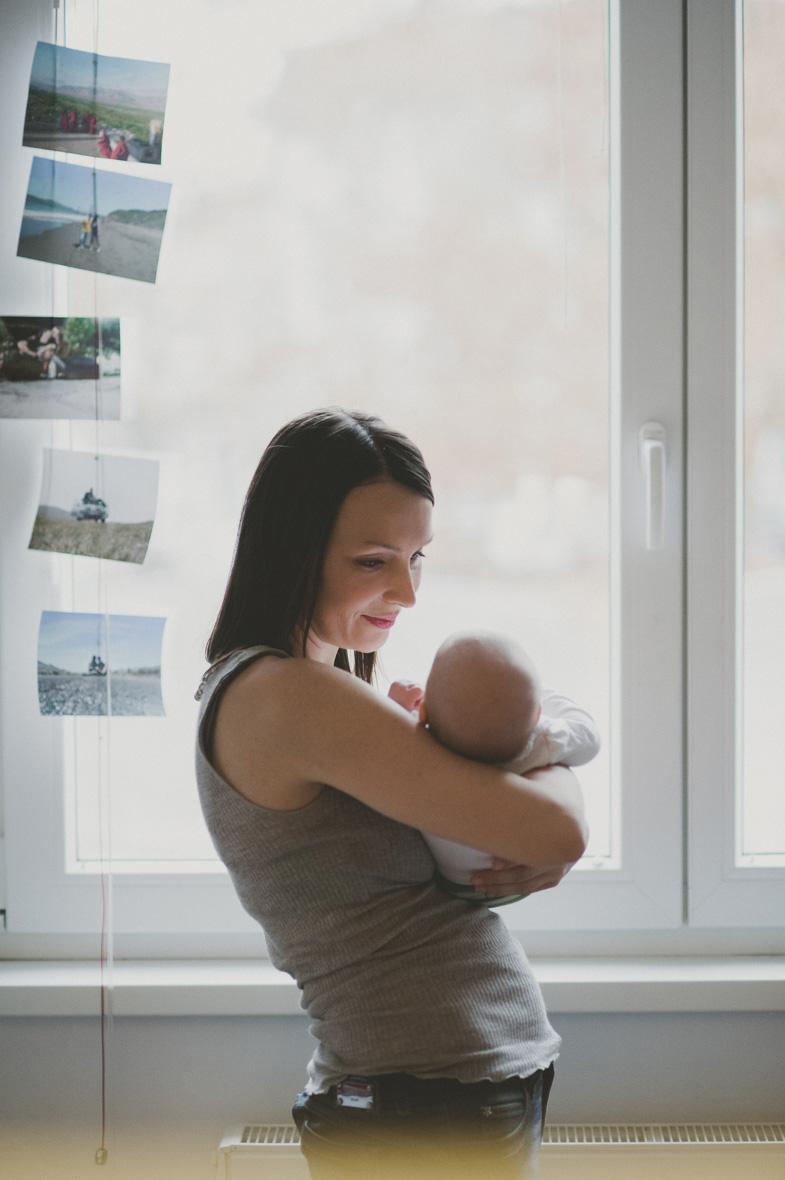 Slika novorojenega otroka z materjo.