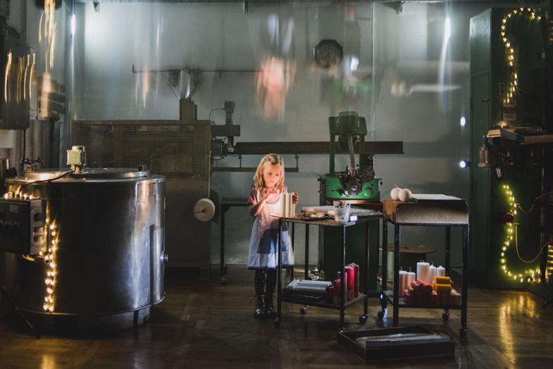 Svečarka, izdelovalka sveč - fotografiranje otrok med delom